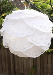Украсьте бумажную свадьбу оригинальным светильником из бумажных салфеток