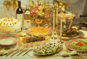Стол с блюдами на 44 года садьбы
