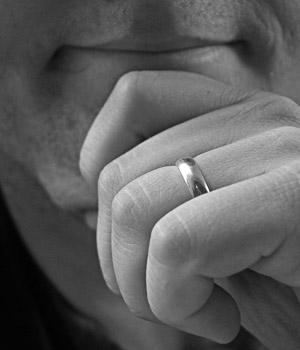 обручальное кольцо на руке женатого мужчины