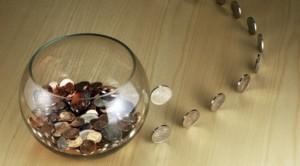 семейный бюджет в иллюстрации: стеклянная ваза с монетами и дорожка из монет как ежедневные траты
