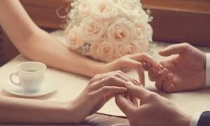 сомкнутые руки жениха и невесты с обручальными кольцами