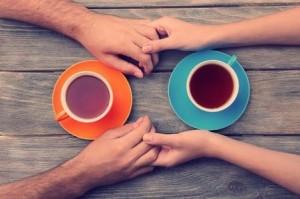 как сохранить семью в кризис: руки мужа и жены как символ взаимопонимания