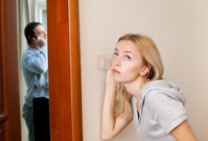 жена подслушивает измену мужа