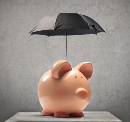 копилка под зонтиком как символ экономии в кризис