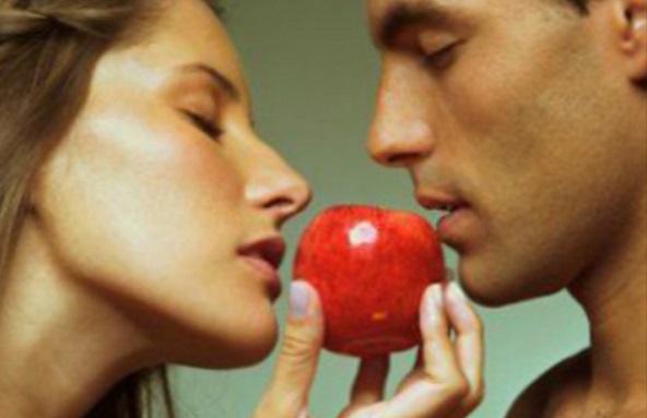 двое влюбленных и яблоко
