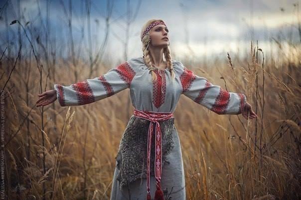 девушка гадает в национальной русской одежде